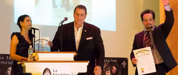El representante Pedro Marín cuando hacía entrega de los reconocimientos a Nicolás y Blanca Domínguez.