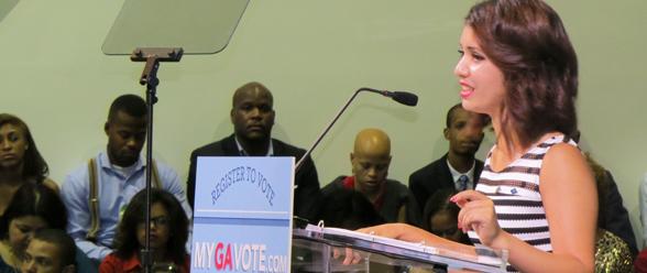 Ariana Olalde de 21 años, una estudiante latina de Georgia Tech, le habló a los jóvenes como nuevos votantes y los instó a inscribirse y participar en las próximas elecciones.