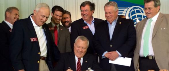"""El gobernador firmando la ley de armas """"Portación de Seguridad y Protección"""""""