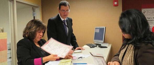 Los cónsules Sofía García Ceja de Registro Civil y Rafael Bernal Cuevas, cónsul (e) entregan una de las primeras copias de actas de nacimiento en el consulado general en Atlanta, este 15 de enero de 2015.
