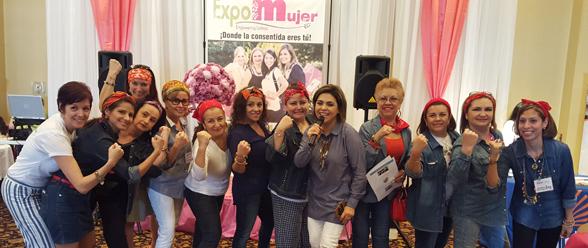 Un grupo de mujeres asistentes al bazar.