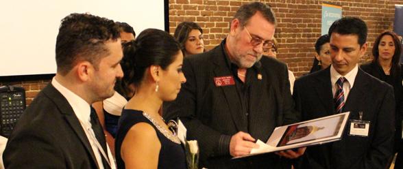 2.El representante estatal Pedro Marín, cuando entregaba el reconocimiento a Emprendedores Latinos USA.