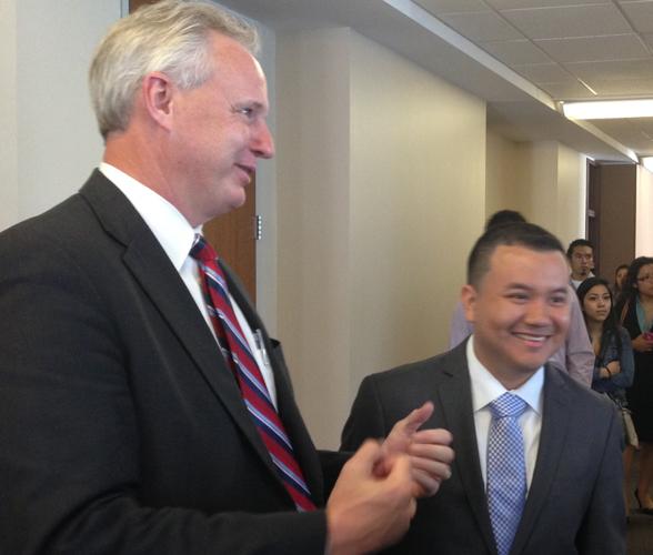 El abogado Charles Kuck de Kuck Immigration Partners, y Rigoberto Rivera, uno de los demandantes. (Foto, archivo)
