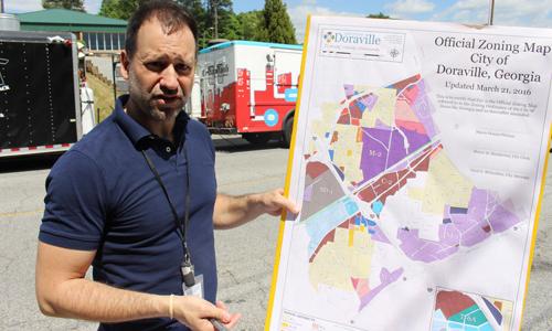 Enrique Bascuñana, director de desarrollo comunitario de Doraville, explica los planes de desarrollo de la ciudad.