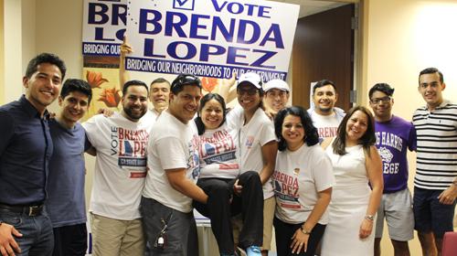 En su sede de campaña, la abogada Brenda López celebró con un grupo de voluntarios que la acompañaron hasta el último momento.