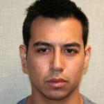 Mujer lo encontró dentro de su carro y la policía lo arrestó