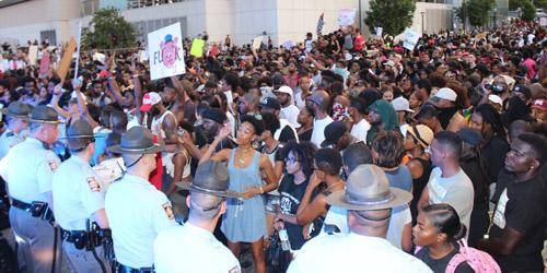 Miles han salido a las calles a protestar por la brutalidad policial.