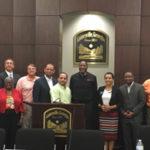Agentes de orden público se reúnen con los residentes del Condado del Hall