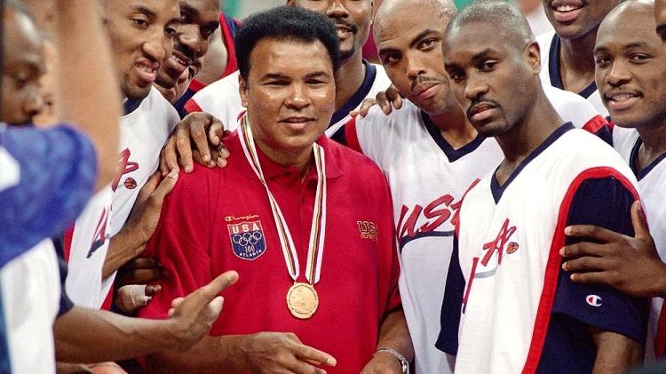 Muhammad Alí, rodeado por los miembros de la selección de baloncesto de Estados Unidos en los Juegos Olímpicos celebrados en Atlanta en el año 1996, después que el COI le repusiera su medalla de oro.